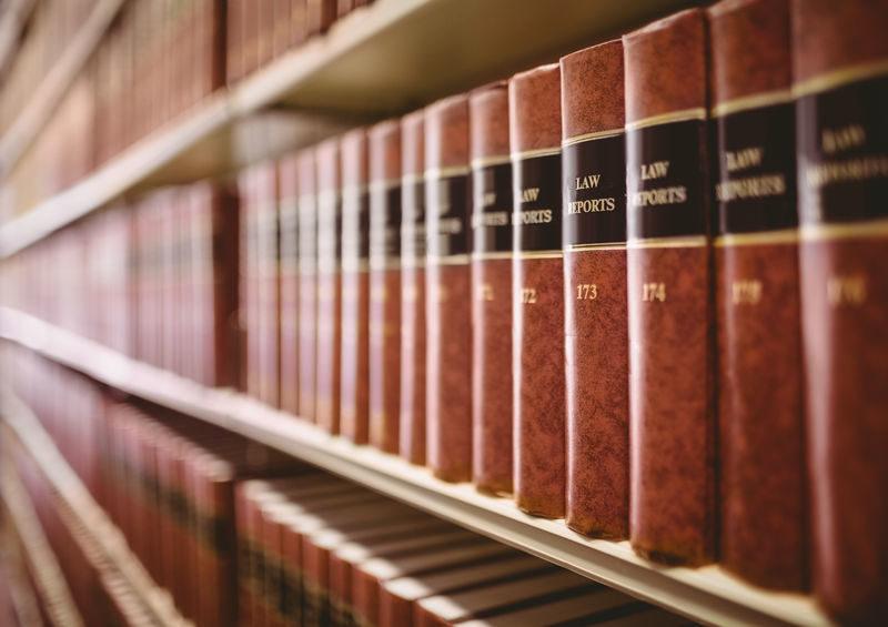 Regal mit Gerichtsbücher